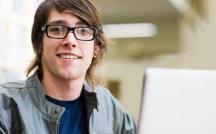 Un étudiant avec un portable
