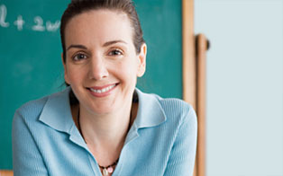 Un insegnante davanti a una lavagna